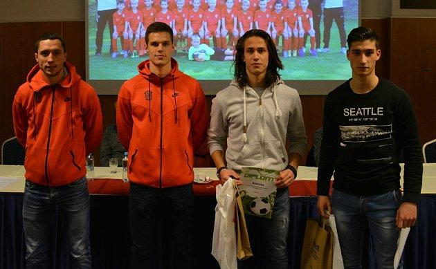 Fotbalista Marek Zúbek (třetí zleva) patřil vmládežnických kategoriích Zbrojovky koceňovaným hráčům.