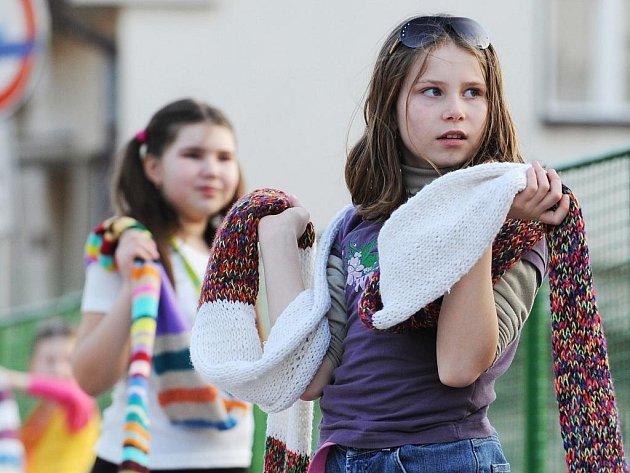 V Kuřimi upletli nejdelší punčochu v České republice.