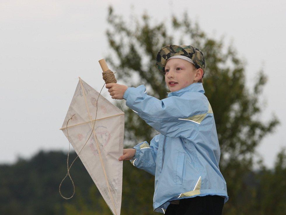 Technické muzeum v sobotu uspořádalo pro děti i rodiče dílnu létajících draků. V neděli si pak šli své výtvory vyzkoušet na Medlánecké kopce.