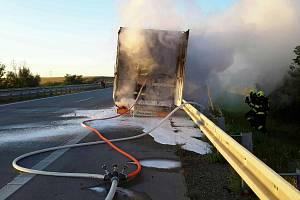 Hasiči likvidují požár návěsu kamionu na dálnici D2 směr Břeclav.