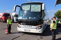 Policisté v pátek od pěti hodin odpoledne kontrolovali na odpočívadle u dálnice D52 u Rajhradu autobusy a jejich řidiče.