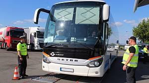 Policisté kontrolovali u dálnice D52 autobusy