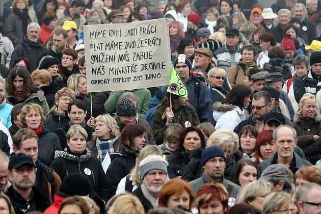 Protestující před Janáčkovým divadlem v Brně.