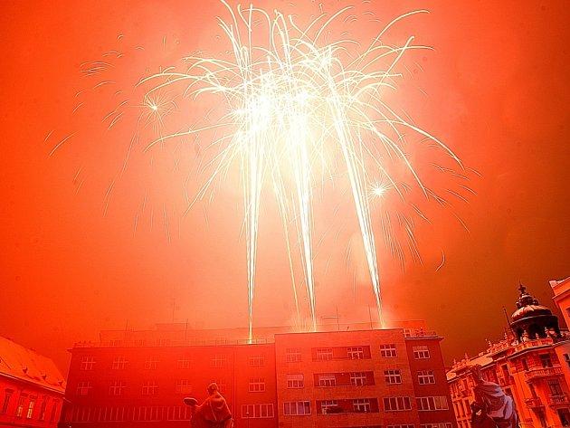 Vánoční ohňostroj na Dominikánském náměstí v Brně.