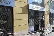 Šperky a hodinky v hodnotě několika milionů korun si v pondělí ráno odnesla maskovaná skupina, která vykradla klenotnictví v centru Brna.