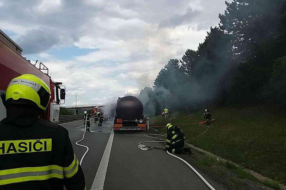 Provoz na dálnici D1 ve směru z Brna na Vyškov zastavil ve čtvrtek po poledni požár kabiny kamionu na 202. kilometru dálnice.