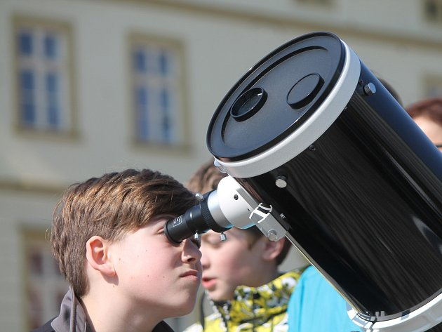 Ve Znojmě se sešli lidé na Masarykově náměstí, kde spolu s astronomy sledovali částečné zatmění Slunce.