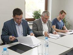 Podpis koaliční smlouvy v Jihomoravském kraji. Sešli se zástupci hnutí ANO, ČSSD, Starostů pro Jižní Moravu a TOP 09 s Žít Brno.