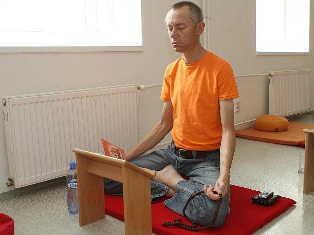 Brněnští buddhisté se účastní meditačního maratonu.