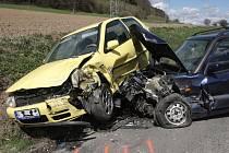 Lehkým zraněním dvou lidí skončila nehoda u Lomničky na Brněnsku. Řidička Škody Felicie tam krátce před desátou hodinou při předjíždění narazila do protijedoucího volkswagenu.