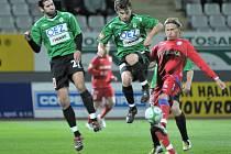 Marek Heinz ( vpravo v červeném ) odvrací míč před jabloneckými Davidem Lafatou ( uprostřed ) a Andrejem Heskem.