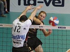 Brněnští volejbalisté v šestém semifinálovém utkání proti Jihostroji zvítězili a postoupili do finále. Na snímku smečuje Michal Hrazdira.
