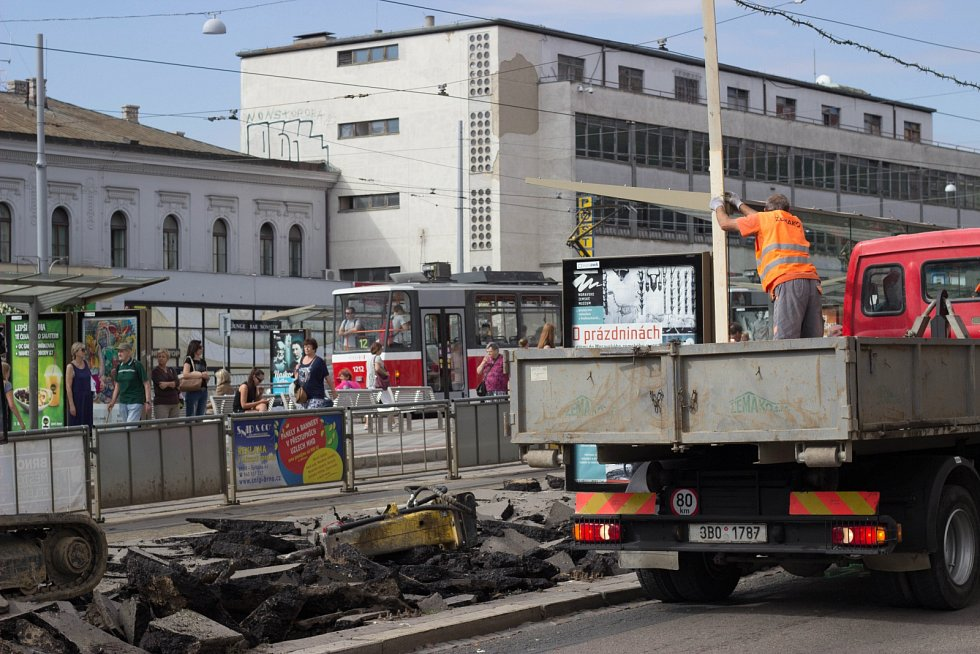 Opravy zastávek před hlavním vlakovým nádražím v Brně. Cestující musejí dočasně nastupovat do vozů MHD jinde.