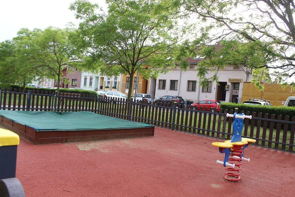 Dětské venkovní minihřiště ve Výstavní ulici v Hodoníně - tady ještě pořád nerozhodli, jestli ho uzavřou nebo ne.