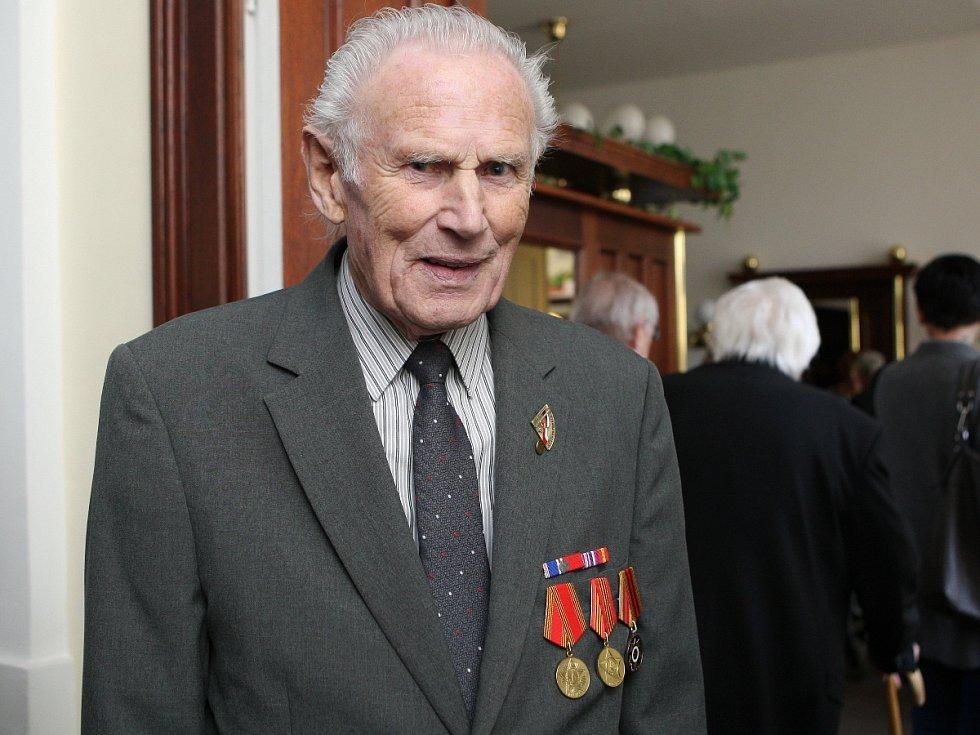 Nyní pětaosmdesátiletý Josef Henek pomohl založit partyzánskou skupinu. Veteráni druhé světové války za zásluhy převzali medaili a ocenění Jihomoravského kraje.