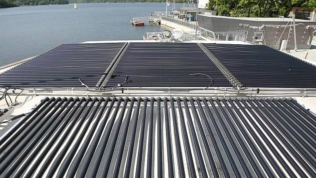 Loď na přehradě částečně poháněná na sluneční energii.