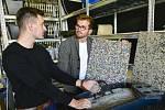 Studenti brněnské techniky přeměňují plastový odpad z kaváren třeba ve stolky nebo držáky na kávu.