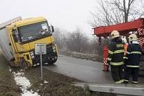 Nákladní auto sjelo do příkopu u Ivančic na Brněnsku. Při nehodě se nikdo nezranil, náklaďák ale museli přijet vyprostit hasiči.