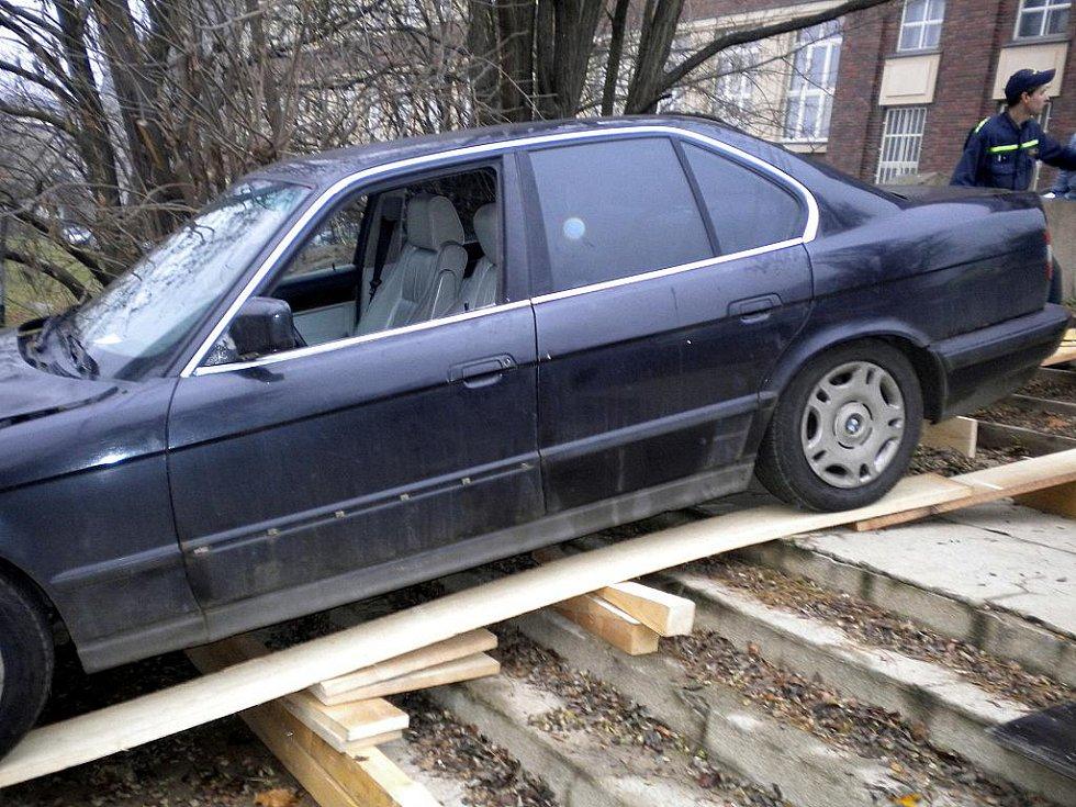 Auto sjelo ze schodů u Právnické fakulty brněnské Masarykovy univerzity.