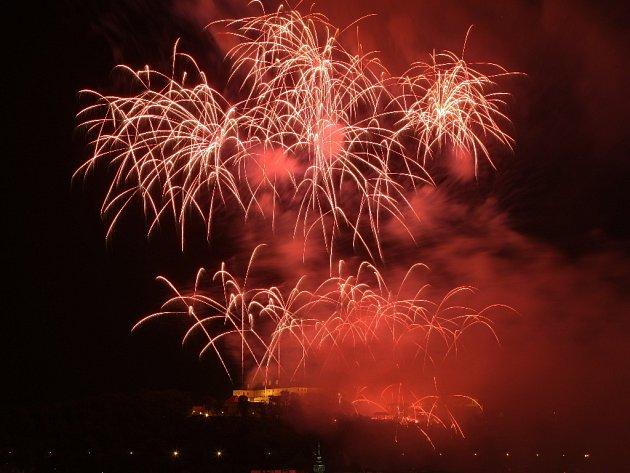 Slavnostní závěrečný ohňostroj nad brněnským hradem Špilberk.