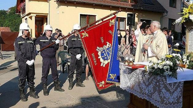 Svěcení prapora hasičů v Mokré-Horákově.
