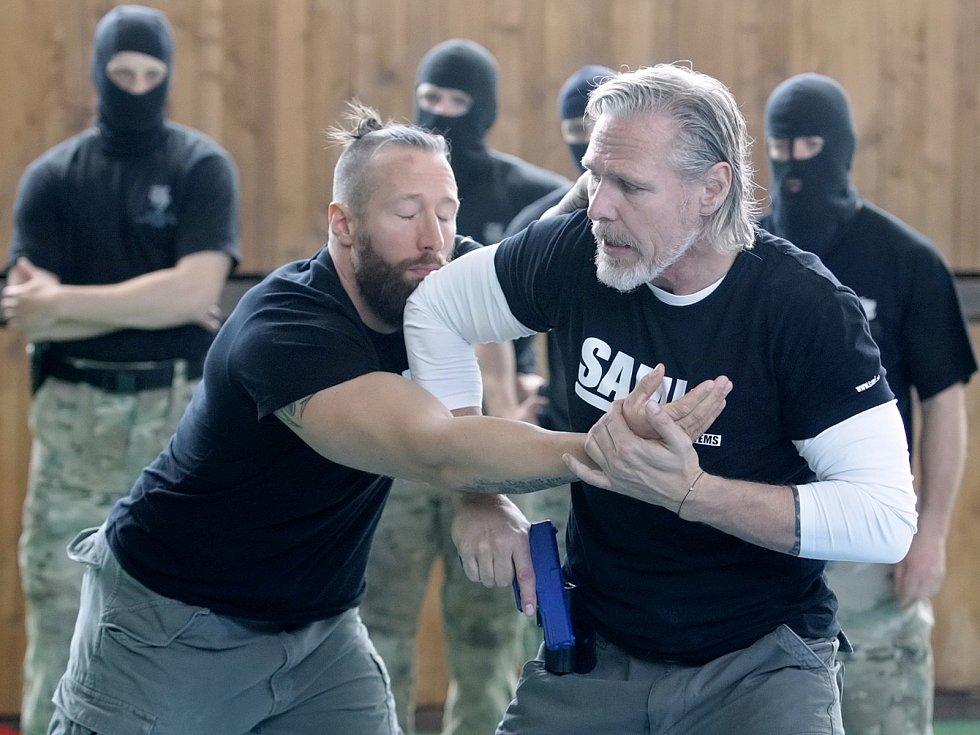 Téměř čtyřicet členů jihomoravské policejní zásahové jednotky je po pátku o něco lépe připraveno. Zdokonalovali se v umění sebeobrany. Nové postupy je učil jeden z nejuznávanějších evropských trenérů Peter Weckauf.