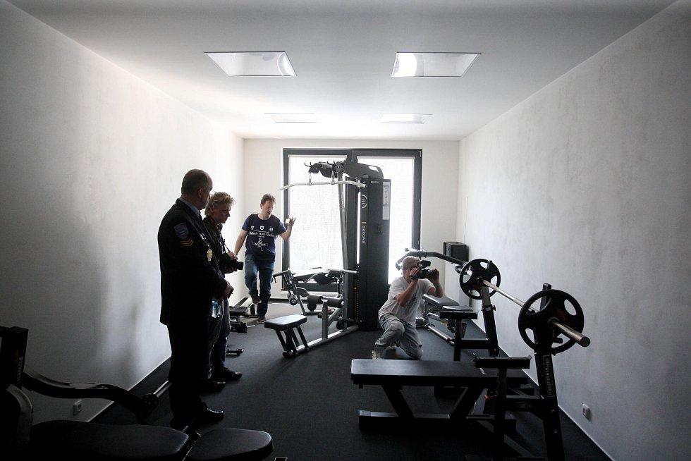 Pohodlně si uskladní štíty, zacvičí si v nové posilovně a do centra města dojedou do pěti minut. Brněnští strážníci ve středu slavnostně otevřeli novou moderní budovu v Labské ulici.