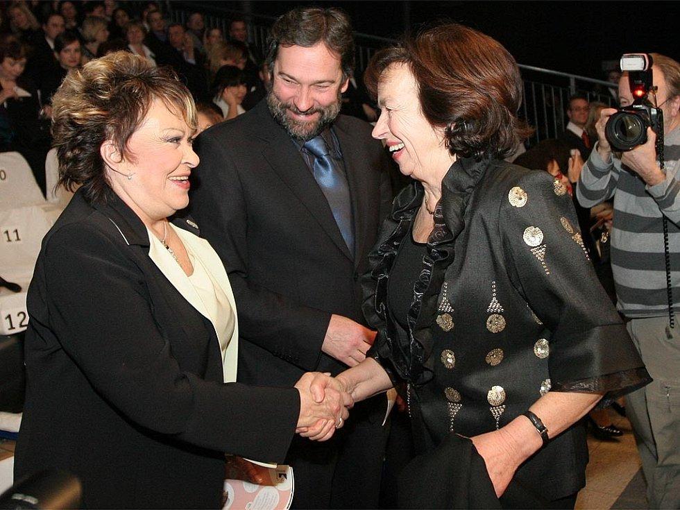 Jiřina Bohdalová, Radek John a Livie Klausová na přehlídce módního návrháře Manola Odriozola.