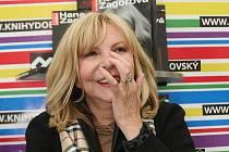 Zpěvačka Hana Zagorová v brněnských Knihách Dobrovský podepisovala svoji novou knihu Málokdo ví. Pro zpěvaččin podpis si do knihkupectví přišly desítky fanoušků.