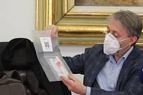 Ředitel Společnosti Podané ruce o.p.s. Jindřich Vobořil ukazuje jednu z testovacích sad, kterými začnou v pátek testovat na koronavirus terénní pracovníky a bezdomovce.