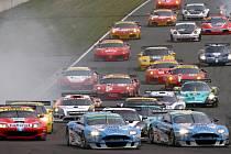 Nabité startovní pole závodu FIA Grand Tourismo.