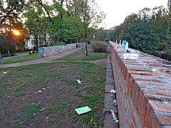 Rozházené odpadky v parku pod Špilberkem
