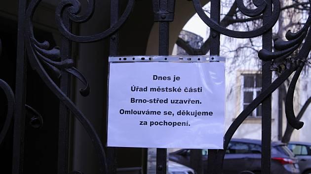 Policisté z Národní centrály proti organizovanému zločinu zasahují ve  čtvrtek na radnici Brna-středu. ... 5998a810c8