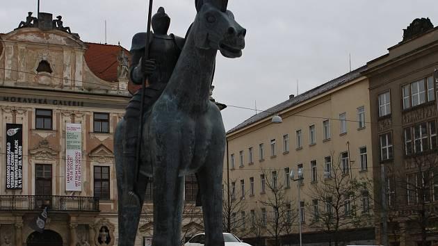 Na brněnském kluzišti v centru města u sochy Jošta stojí vystavené auto.