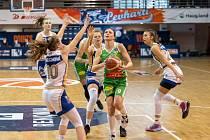 Basketbalistky KP Brno (na snímku v zelených dresech) si musejí na začátek play-off počkat.