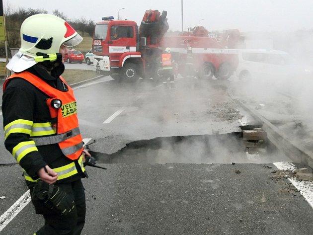 V brněnském Králově Poli praskl teplovod. Podle informací Tepláren Brno havárie přerušila dodávky teplé vody například v Žabovřeskách, na Lesné a v Líšni.