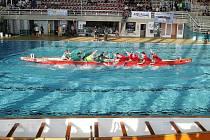 Přetlačování dračích lodí v Městském plaveckém stadionu za Lužánkami.