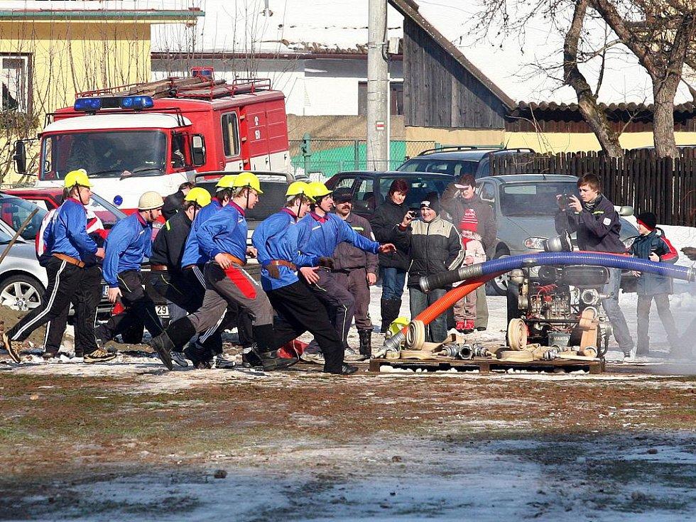 Soutěž hasičů zvaná Dolnoloučská zima.