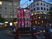 Hudbu skladatelů Bacha, Mendelssohna, či manželů Schumannových si od pondělí mohou z krátkých úryvků vychutnat lidé na brněnském Moravském náměstí. Hraje ji tam jedinečný stroj kombinující světlo a zvuk.