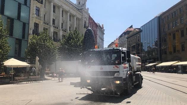 Zmírňují betonové peklo. V centru Brna kvůli horku začali kropit ulice