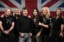 Adrian Smith, Nicko McBrain, Bruce Dickinson, Steve Harris, Janick Gers a Dave Murray (zleva).