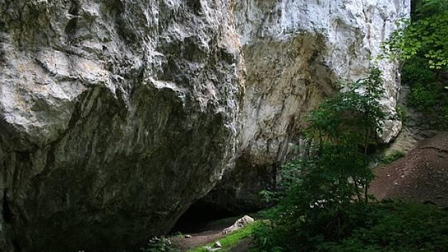 Přírodní rezervace Bílá voda v Moravském krasu je známá hlavně díky jeskyni Lidomorna sloužící ve středověku jako vězení.