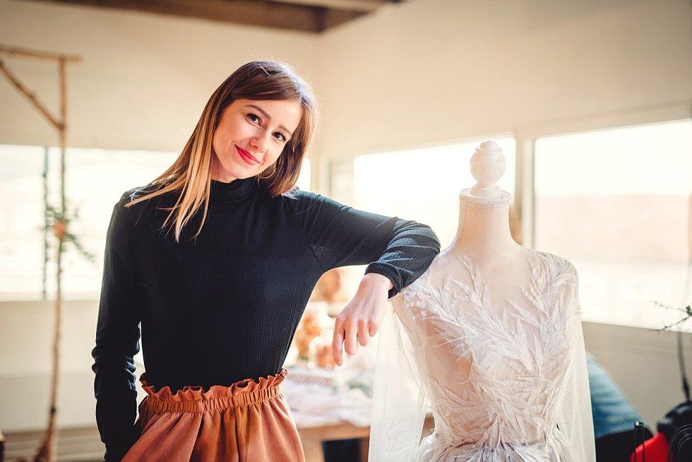 Majitelka vlastní značky Glorious Threads Lucie Fojtů, které neznámý zloděj vykradl ateliér i s šicími stroji.
