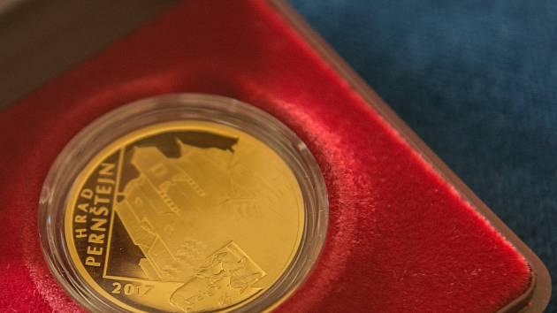 Nominální hodnota mince je pět tisíc korun.