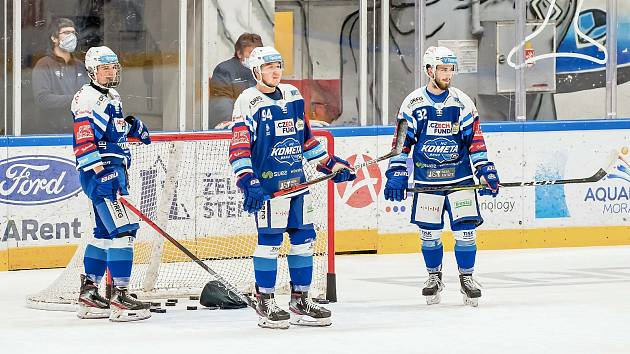 Teenageři Stanislav Svozil (vlevo), Radek Kučeřík (uprostřed) a Jan Mlčák (vpravo) nejsou Kometě užiteční jen při sbírání puků.