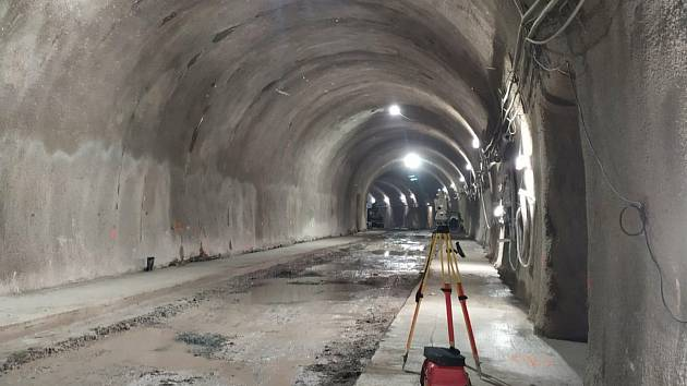 Dělníci pokračují v práci na tramvajovém tunelu v brněnské Žabovřeské ulici. Zbývá dobetonovat poslední profil.