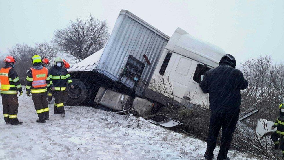 Na dálnici D1 u Velešovic havaroval v úterý kamion.