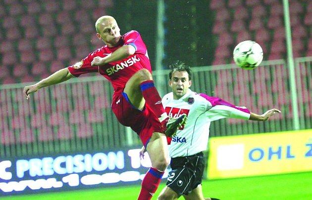 Aleš Besta (v červeném) si v neděli připsal gólovou trefu.