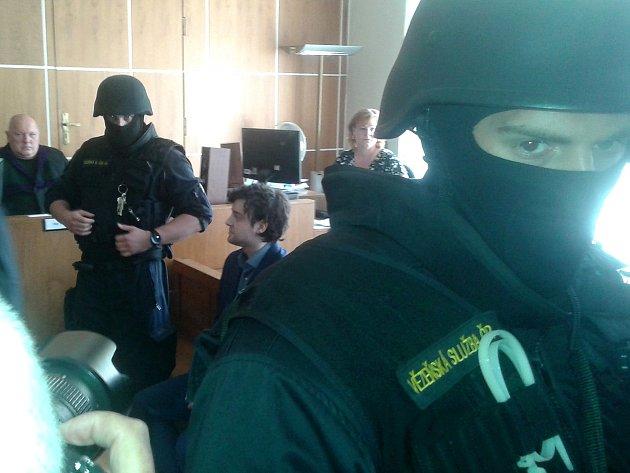 Kevina Dahlgrena přivedla maskovaná eskorta do jednací síně krajského soudu. Pondělní líčení začalo krátce po půl desáté dopoledne.