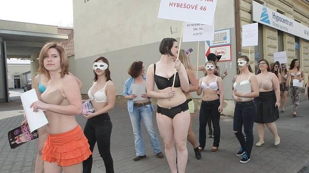 Pochod za dobře padnoucí podprsenku v centru Brna.